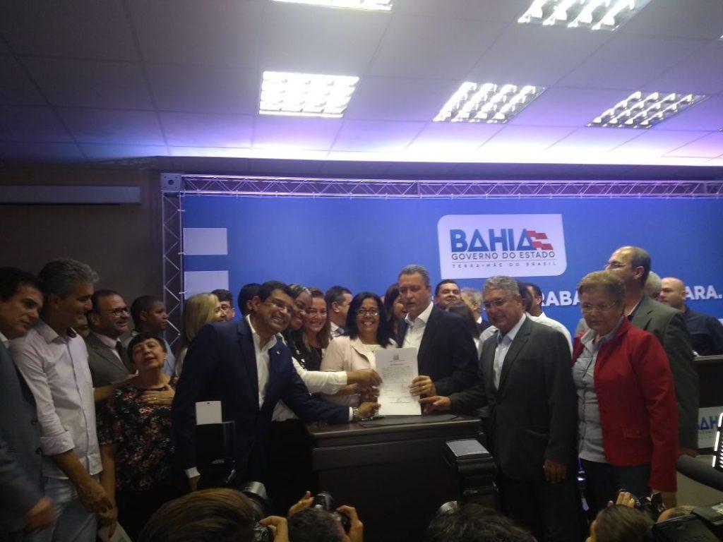 Prefeita Suka Carneiro de Ubaitaba assina convenio