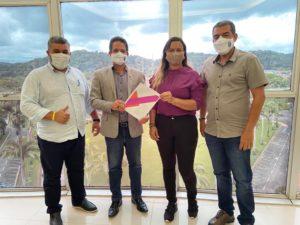 Charliane Sousa entrega plano de governo ao reitor da UESC